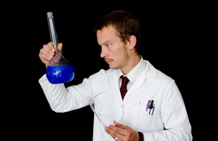 Neden Bilim İnsanları ve Doktorlar Beyaz Önlük Giyer?